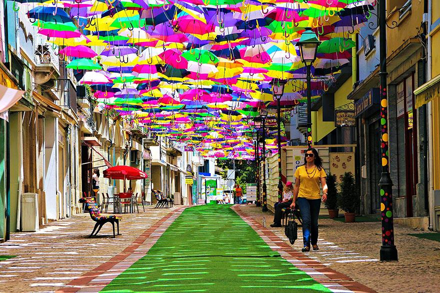 Na stotine dežnikov preplavilo portugalske ulice